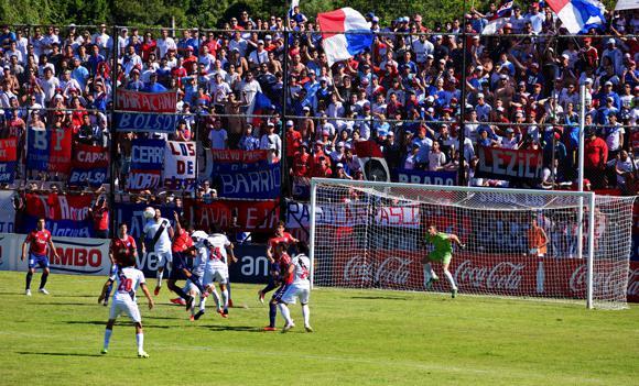 Danubio 9 Nal. attack Danubio goal facing Nal. fans