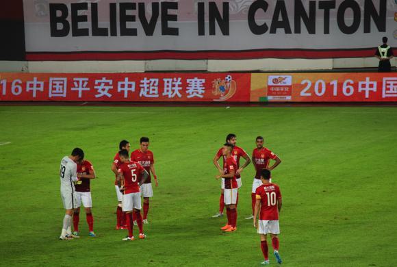 08 Guangzhou players pre-kickoff
